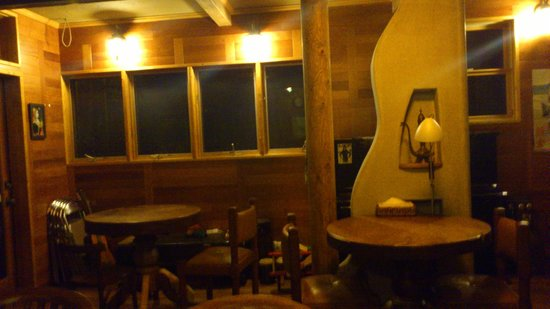 Guest House Kanalian: 一樓的餐桌