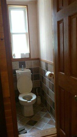 Guest House Kanalian: 相當乾淨的馬桶,和衛浴分離