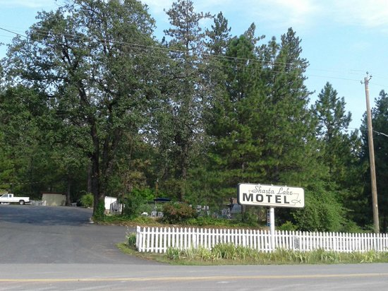Shasta Lake Motel: Front from road