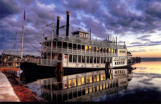 Sunset Harbor Resort: Southern Empress