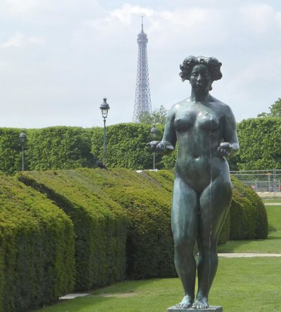 Statue with eiffel tower in distance picture of jardin - Statues jardin des tuileries ...