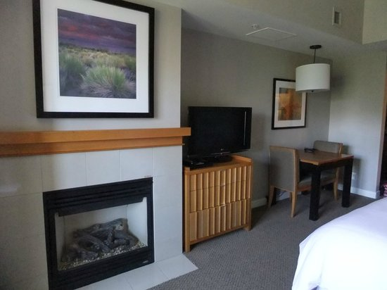 Westin Monache Resort Mammoth: Fireplace and flatscreen tv.