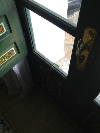 Riad Dar Alfarah: vitre manquante à notre porte d'entrée