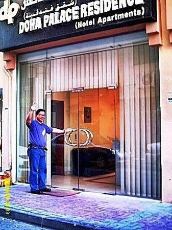 Qatar Palace Hotel: This is the main door