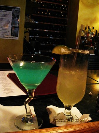 Irises Cafe and Wine Bar: Enjoy your martinis with live performance~
