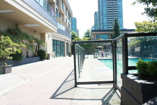 Executive Suites Hotel Burnaby: Pool area