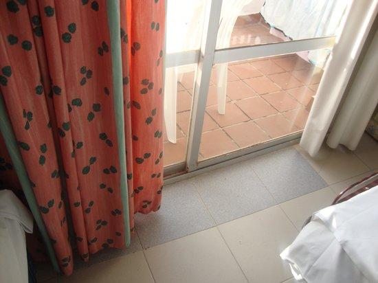 Hotel ATH Roquetas de Mar: salida a terraza bicolor y rotas