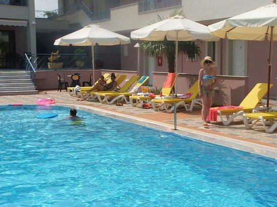 Aiolos Hotel Apartments: aiolos sunbeds