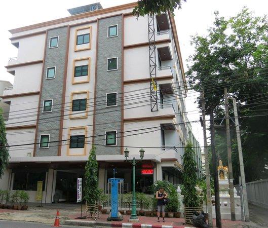 New Siam Guest House II: Aussen an der Athit Road