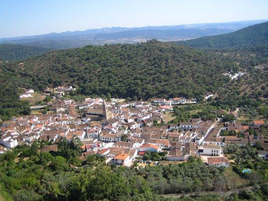 La Posada de San Marcos: Das Dorf Alájar vom Berg aus gesehen
