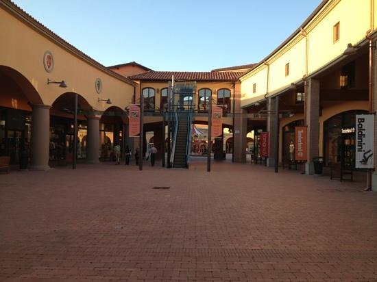 piazzetta dell\'outlet village - Picture of Valdichiana Outlet ...