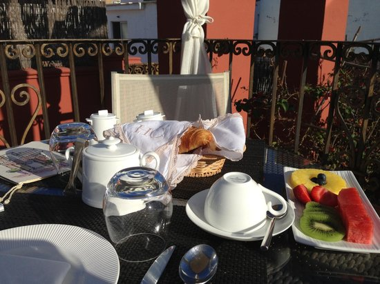 Hotel Claude Marbella : breakfast on the roof terrace