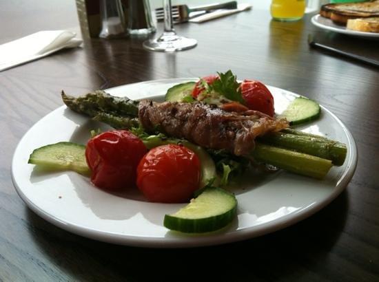 Bella Luna Italian Restaurant & Pizzeria: asparagus wrapped in Parma ham
