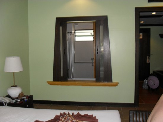 Print Kamala Resort: Fönster till toaletten.