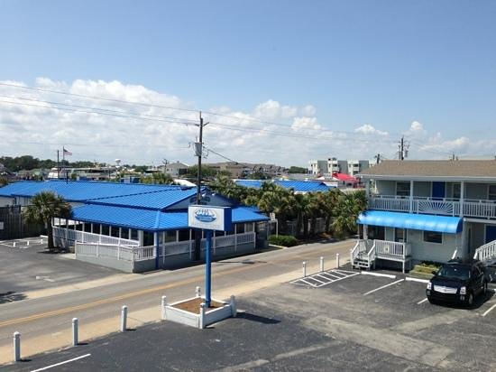 Carolina Beach, Carolina del Nord: Third-floor view of lot and SeaWitch Tiki Bar across the street.