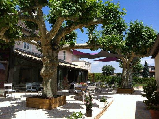 Fuisse, France: en terrasse