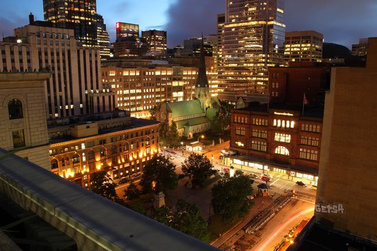 Le Square Phillips Hotel & Suites : Night shot from rooftop patio