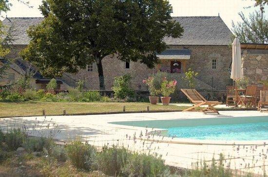 Domaine Le Muret: La Grange rénovée vue de la piscine