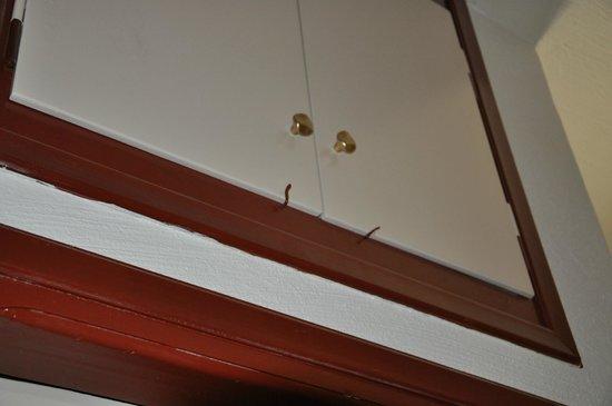 Heronissos Hotel: шкаф на гвоздиках