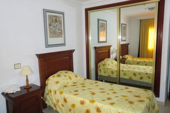 LABRANDA Los Cocoteros: Bedroom Showing Wardrobes