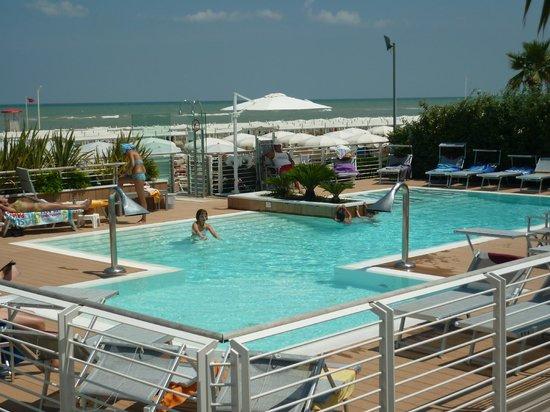Piscina in spiaggia a pagamento abbonamento a prezzi - Del taglia piscine prezzi ...