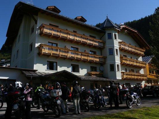 Hotel Edelweiss : L'albergo con le moto posteggiate