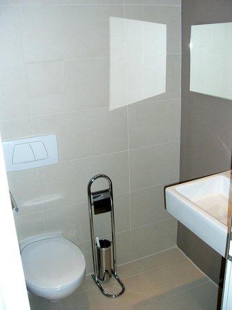 Best Western Hotel Goldenes Rad: The small WC room with a water basin.