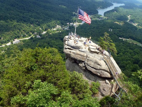 View of the gift shop and deli foto di chimney rock for Cabine sospese di rock state park nc