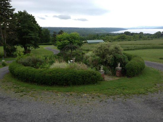 Cayuga Lake Front Inn: The gazebo and gardens in front if the inn