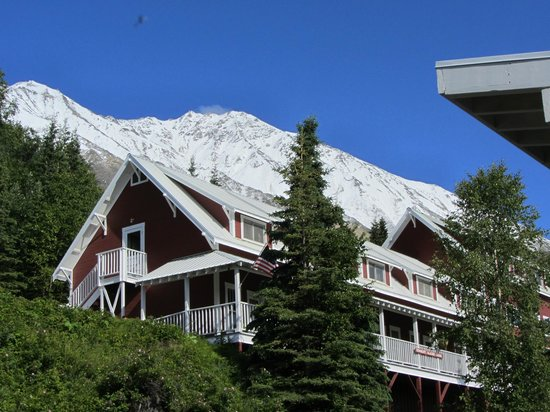Kennicott Glacier Lodge: view to the hotel