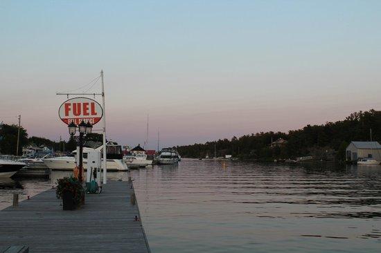 Sportsman's Inn: evening on the dock