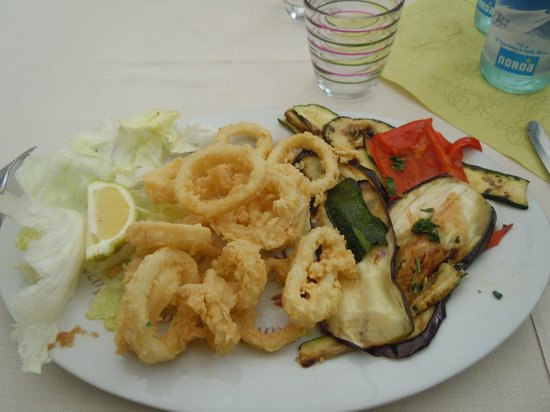 Costigliole d'Asti, Italy: fritto di totani con verdure alla griglia