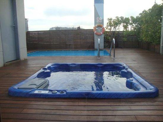 Catalonia Avinyo: La piscine et le Jacuzzi