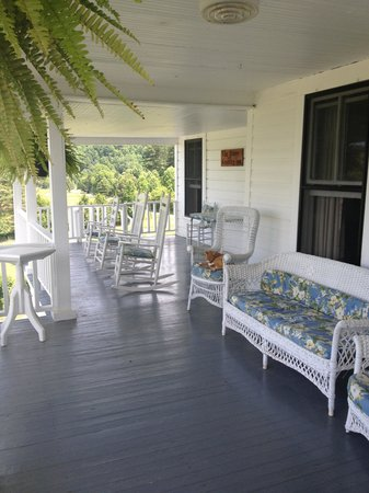 The Pines Country Inn: Upstairs porch