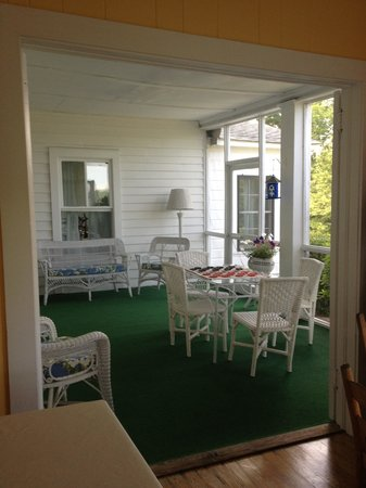 The Pines Country Inn: Downstairs porch
