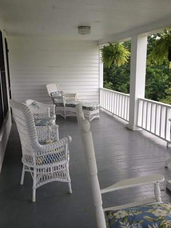 Pines Country Inn: Upstairs porch
