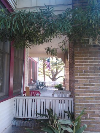 Friendly Oaks Bed and Breakfast: Friendly Oaks Front Area