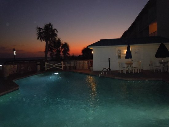 Ocean Isle Inn: evening view of their pool