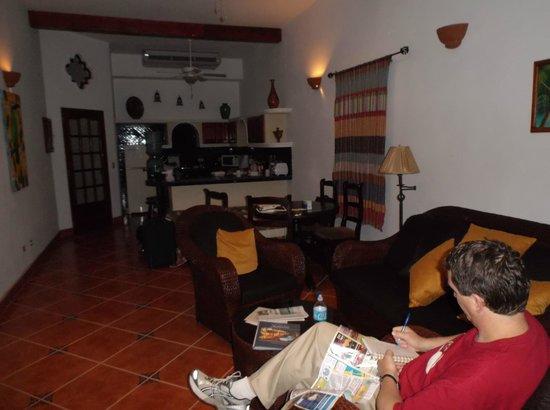 Hotel Xalteva: Common living space (living room, kitchen) - Room 103