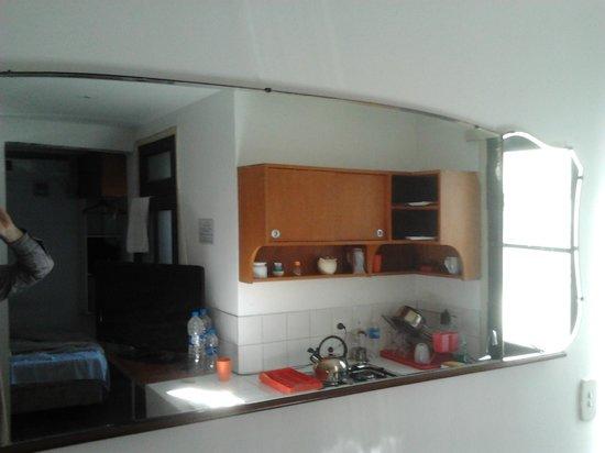 Bonito Buenos Aires, San Telmo: O quarto Kurt, com cozinha, visto através do espelho