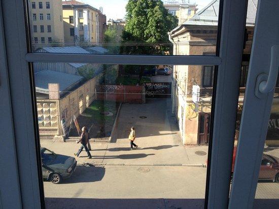 Idillia Mini-Hotel : Vista do nosso quarto para a rua