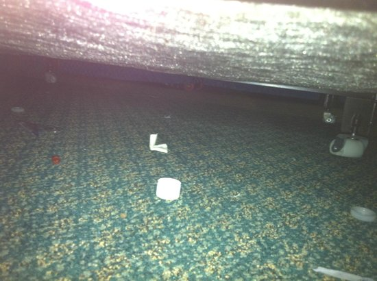 Knights Inn Ocean Drive Corpus Christi: trash under bed in 2nd room-not our trash