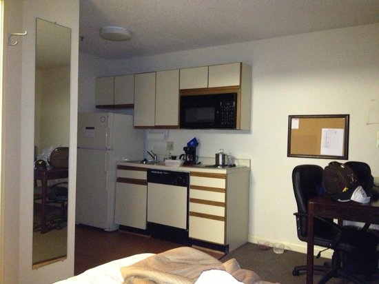Hawthorn Suites by Wyndham Louisville/jeffersontown: Kitchen in our room