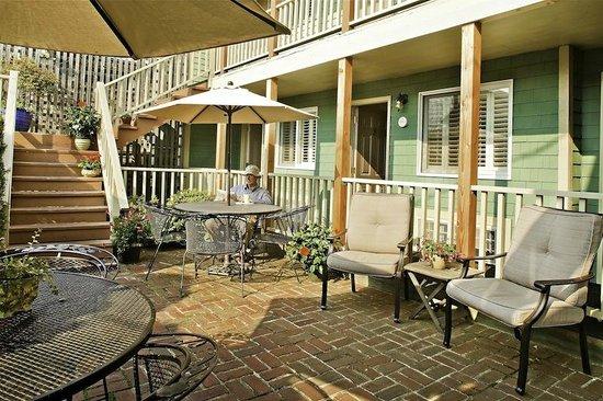 Madison Inn: Courtyard