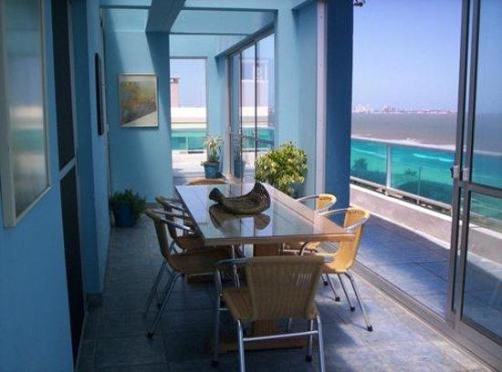 Apart Hotel Punta Azul: penthouse comedor vidriado frente al mar