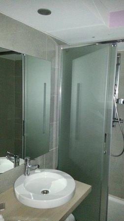 Mercure Dieppe la Presidence : Lovely shower and sink