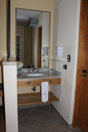 Antuquelen Hosteria Patagonica: Ante baño, con todo los servicios.