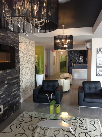 V Hotel and Suites: Lobby