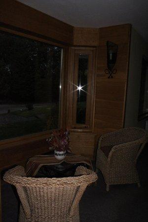 Antuquelen Hosteria Patagonica: Pasillos, amplios ventanales para sentarse y despejarse.