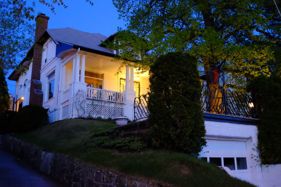 La Maison du Séminaire : The main entrance is up the stairs from the street, the private entrance for guests is up a smal